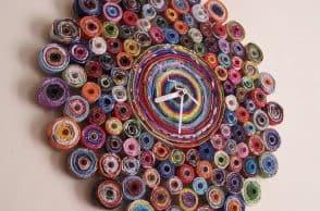 Orologio di carta realizzato con riviste riciclate