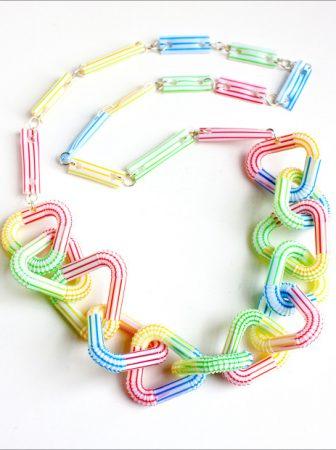 Collana geometrica con cannucce di plastica