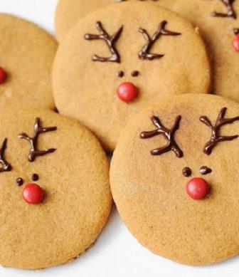 Biscotti natalizi decorati con cioccolato