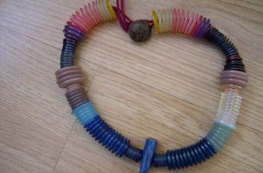 Collana di bottoni colorati Fai da te