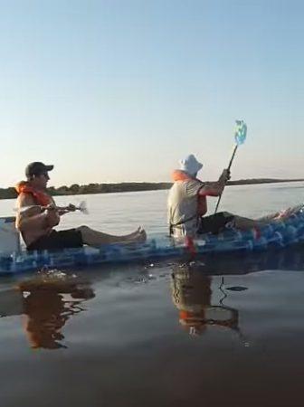 Barche realizzate con bottiglie di plastica