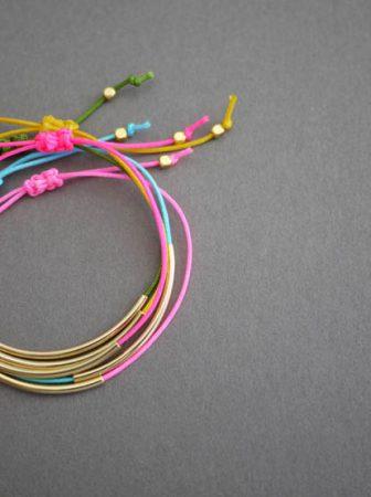 Braccialetti fai da te con fili colorati