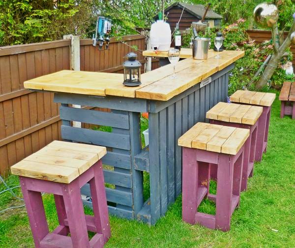 Angolo bar con vecchi pallet e legno di recupero