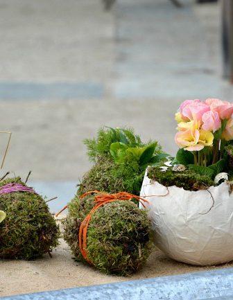 Tavola di Pasqua decorata con uova di cartapesta
